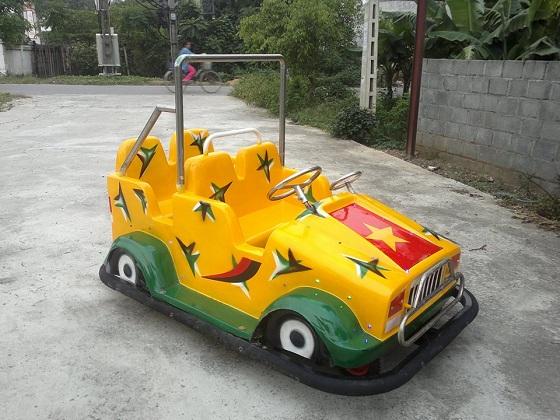 Xe jeep đụng điện