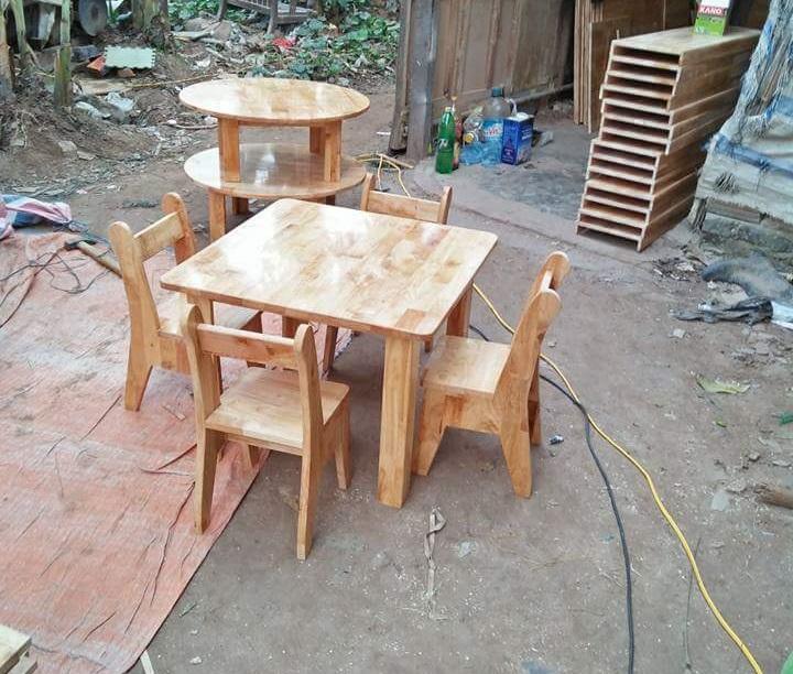 Bàn gỗ thông mộc hình vuông